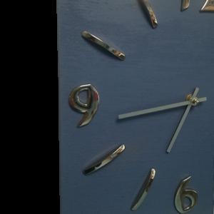 Orologio da muro in legno quadrato 30 x 30 azzurro avio Brindicci