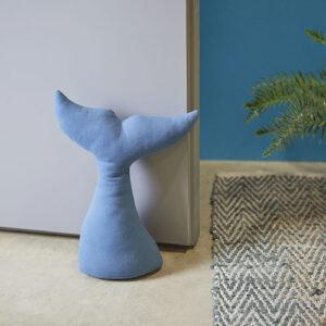 Fermaporta Delfino in tessuto azzurro