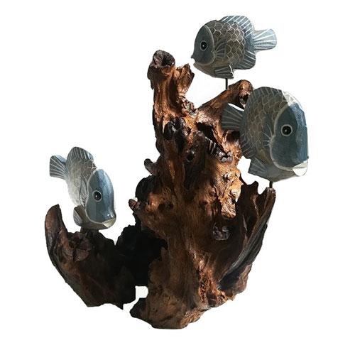 Una originale scultura in legno di forma e dimensioni del tutto naturali con pesci in legno dipinti a mano.